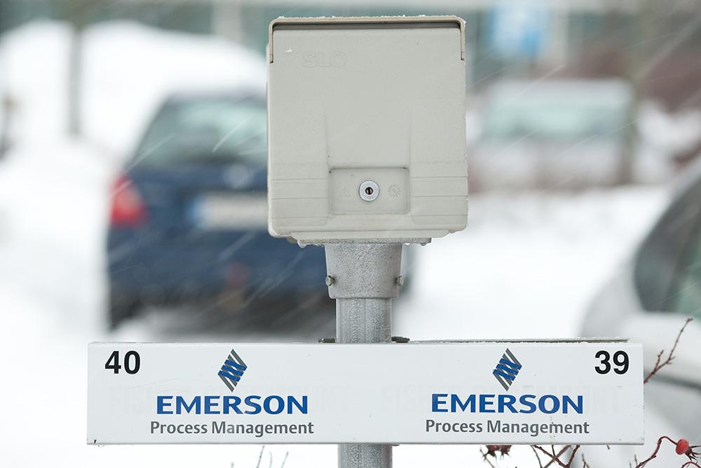 Autopaikkakyltti tarratekstiillä, kiinnitys tolppaan liikennemerkkikiinnikkeillä