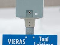 Autopaikkakyltti tarratekstiillä, kiinnitys tolppaan läpiruuvein.