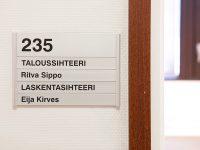 Helposti muunneltava nimikyltti oveen. Alumiiniliuskat ja tarratekstit