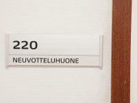 Helposti muunneltava nimikyltti oveen Dymo -profiililla.