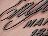 Alumiiniset ja maalatut irtokirjaimet kiinteistön nimikylttinä. Kiinnitys seinään piilotapein ja korokeholkein.