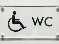 WC-kyltti akryylistä. Taustalle teipattu tarrateksti. Kiinnitys läpiruuvein.