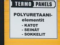 Mainoskyltti valmistettu alumiinilevystä, logo ja tekstit tarrakalvoa.