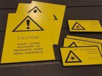 Turva- ja ohjekilvet keltaisesta kaiverrusmuovista
