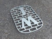 Yrityksen logokilpi alumiini irtokirjaimista.