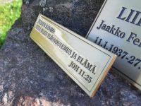 Muistolaattaan on kaiverrettu ja patinoitu tekstit, viimeistelynä lakkaus.