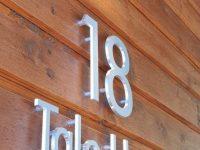 Talonumero ja talon nimikyltti alumiini-irtokirjaimilla.