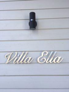 Talon nimikyltti ruostumatonta terästä, kiinnitys seinään piilotapeilla korokeholkein.