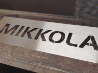 Nimikyltti oveen. Materiaali ruostumaton teräs, nimi aukileikattu.