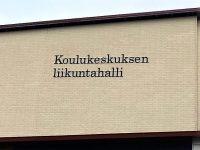Kiinteistön nimikyltti alumiini-irtokirjaimin. Kirjaimet maalattu, kiinnitys asennuskiskoon. Kauhajoen Koulukeskus.