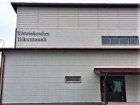 Kiinteistön nimikyltti alumiini-irtokirjaimin. Kirjaimet maalattu, kiinnitys asennuskiskoon. Kiinteistö Kauhajoen Koulukeskus.