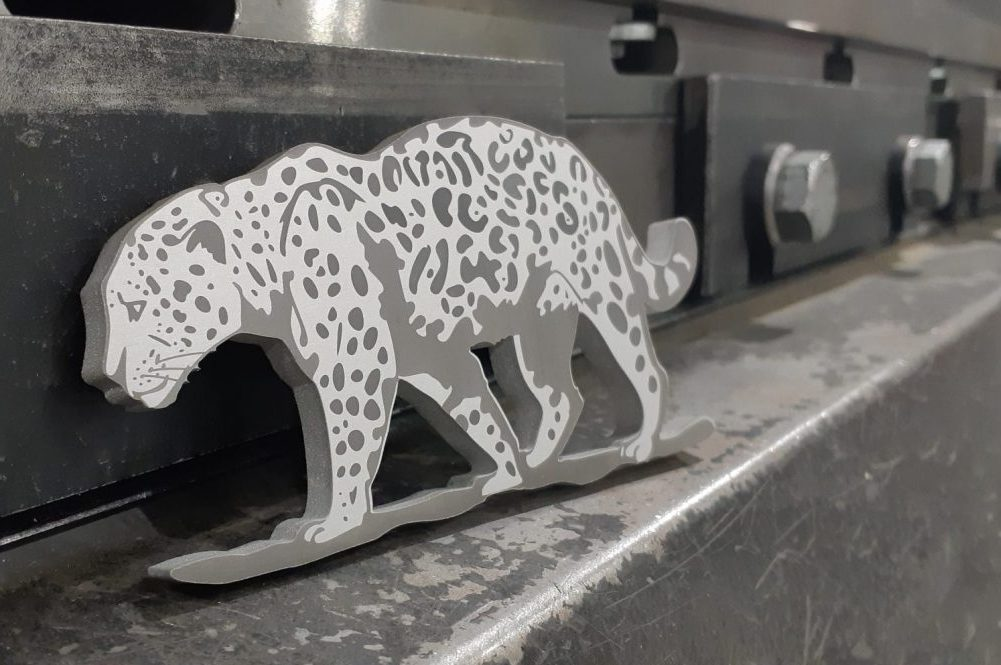 Erikoistyönä valmistettu eläinhahmo. Materiaali 5mm, alumiini, kuviot lasermerkattu.