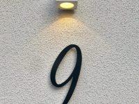 Talonumero harmaaksi maalattua alumiinia. Talo Villa Kaisla.