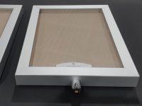 Lukollinen A3 porrastaulu vaalean harmaalla Oyster shell ilmoitustaulumateriaalilla, sekä alumiinikehyksellä.