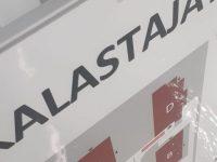 Aluekartta kantatulla alumiinipohjalla, päällä graffitisuojakalvo. Kiinnitys liikennemerkkikiinnikkeillä tolppaan.