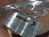 Konekilvet rustumatonta terästä. Tekstit lasermerkattu. Valmet-logo kaiverrettu ja maalattu.
