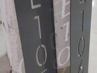 Talonumero on valmistettu alumiinista aukileikkaamalla. Valaistus sijoitetaan numerolevyn taakse.