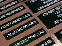 Konekilpi vihreäksi eloksoitua alumiinia, teksti lasermerkattu.