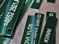 Kone- ja laitekilpi vihreäksi anodisoitua alumiinia.