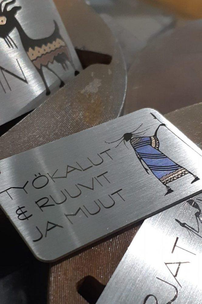 Tekstit ja kuvat on lasermerkattu RST-kilpiin.