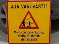 Lisäkilpi, varoitus piha-alueella leikkivistä lapsista. Materiaali kantattu alumiini. Kiinnitys liikennemerkkikiinnikkeillä tolppaan.