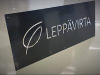Logokyltti mustaksi maalattua ja aukileikattua alumiinia.