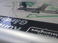Aluekartta on valmistettu kaivertamalla alumiiniin. Tekstit ja kuviot maalattu.