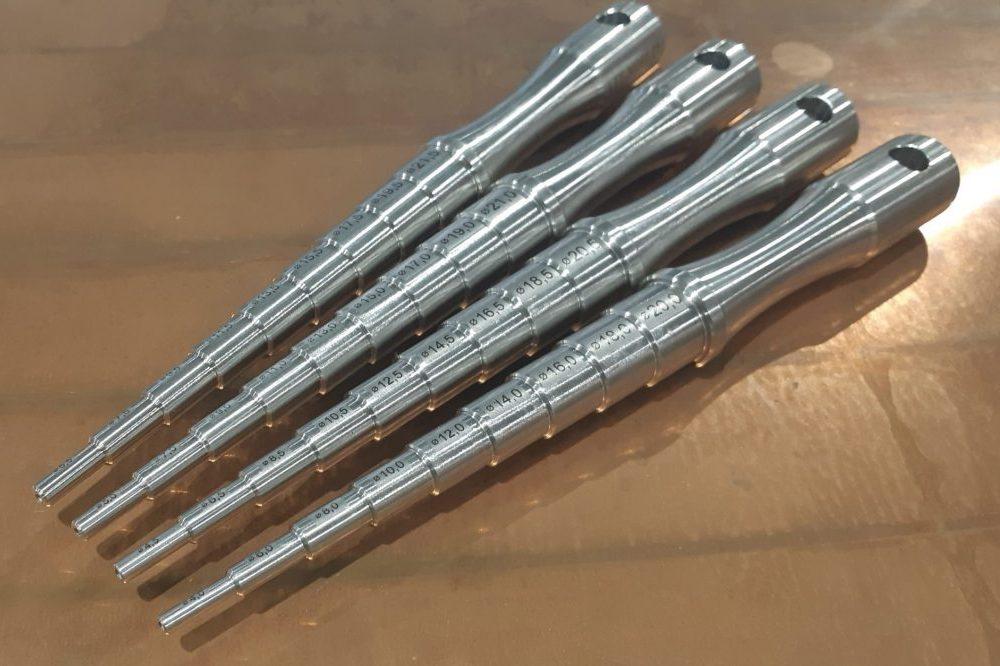 Teräksisiin reikätulkkeihin lasermerkatut halkaisijan mitat.