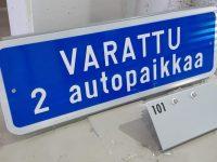 Lisäkilpi varatusta autopaikasta, materiaali kantattu alumiini. Kiinnitys liikennemerkkikiinnikkeillä tolppaan.