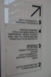 Akryylinen kerrosopaste tarratekstillä.