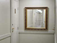 Boutique hotelli Yöpuun huonenumero, materiaali kaiverrettu ja maalattu messinkikilpi.