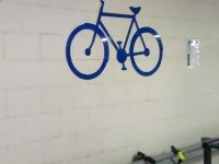 Polkupyöräparkki. Opasteen materiaali sinistä alumiinia.